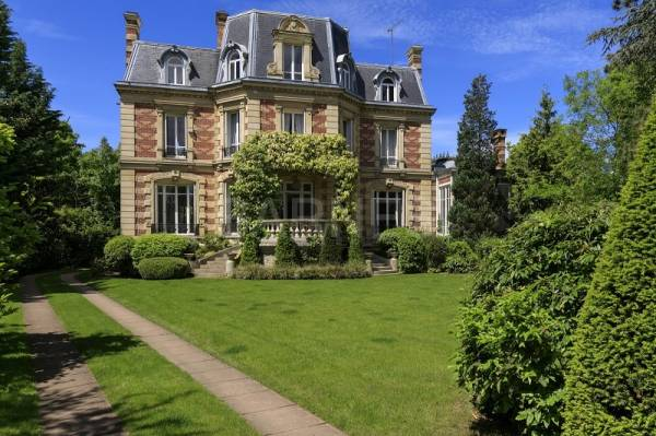 VESINET SUD-MAGNIFICENT 1880 RENOVATED PRIVATE MANSION-3767 SQ FT ON 16,145 SQ FT OF LAND WITH TREES